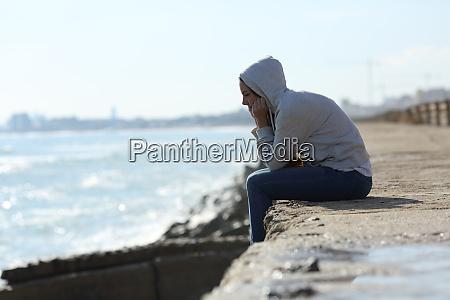 triste ragazza adolescente da sola sulla