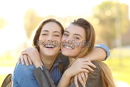amici felici con sorriso perfetto coccolando