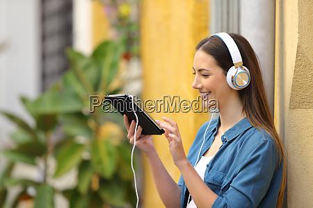 ragazza felice che ascolta e guarda