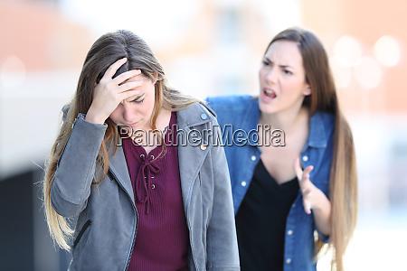 ragazza pazza rimproverando il suo amico
