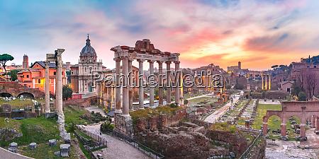 antiche rovine del foro romano allalba