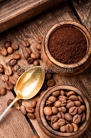 chicchi di caffe e terreni