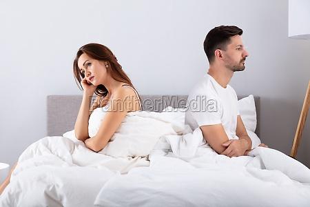 disperato coppia sposata seduto sul letto