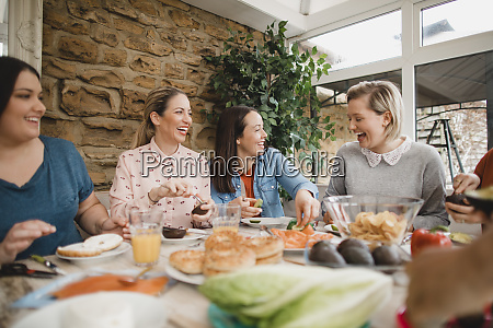 amici che fanno il pranzo