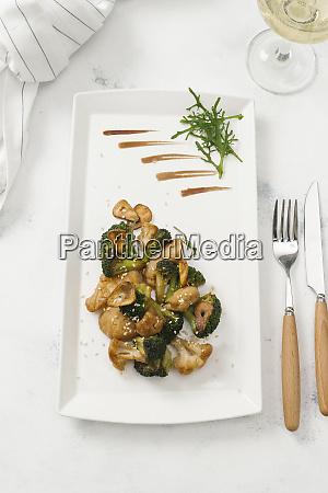 piatto di broccoli fritti e cavolfiore