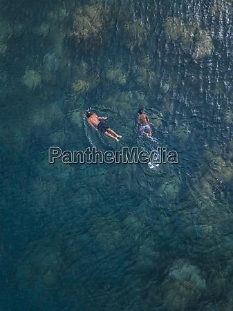ragazzi asiatici che lo snorkeling nelloceano