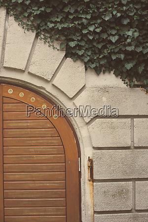 porta in legno ad arco e