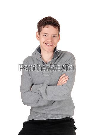 un adolescente felice e rilassato seduto