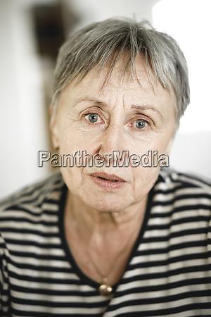 ritratto di donna anziana con i