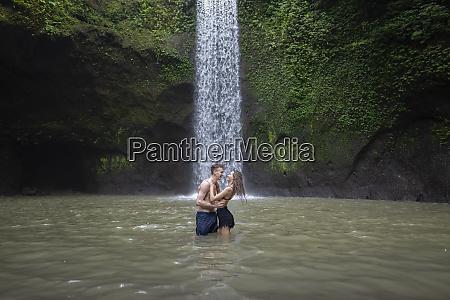 giovane coppia che abbraccia nel fiume