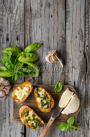 garlic, herbs, toast, with, fresh, mozzarella - 27126378