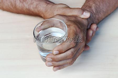 le mani di un uomo con