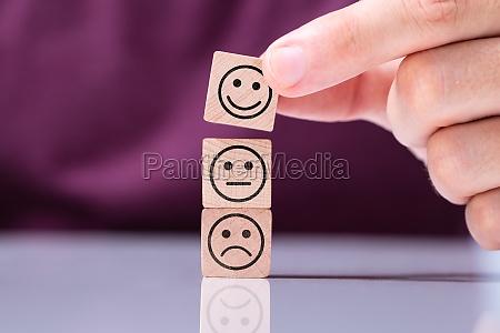 persona in pila cubo sorridente