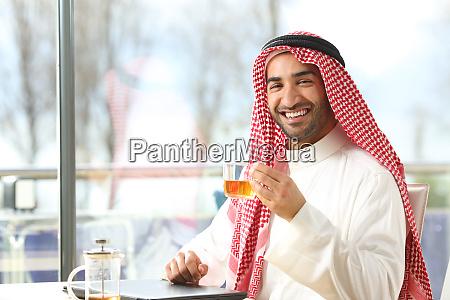 buon uomo arabo in possesso di