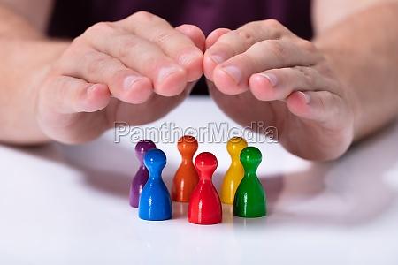 persona che protegge pedoni multicolori