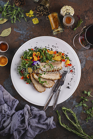 insalata di maiale arrosto con fiori