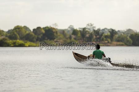 uomo in legno motorizzato velocita canoa