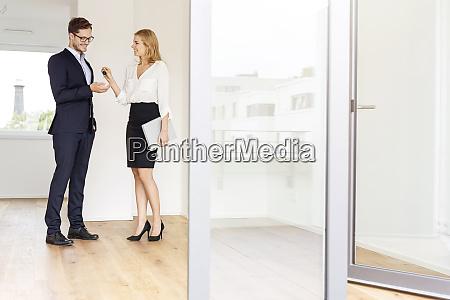 agente immobiliare che consegna la chiave