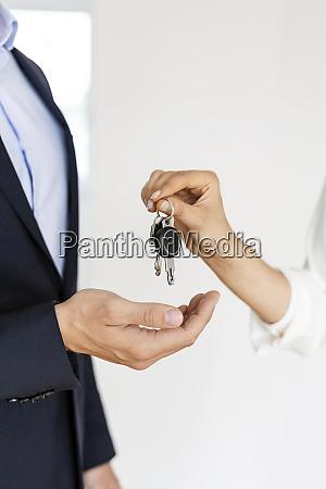 primo livello dellagente immobiliare che consegna