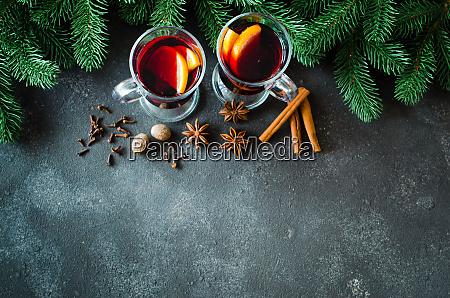 vino rosso riflesso natalizio con spezie