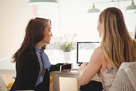 dirigenti che discutono su laptop