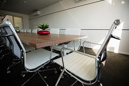 sedie vuote per tavolo da conferenza