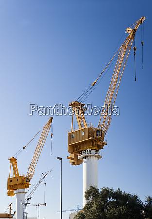 gru gialle nel cantiere navale per