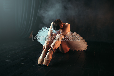 ballettista si siede sul pavimento flessibilita