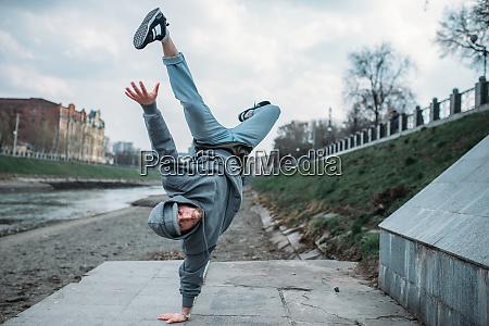 performer breakdance movimento capovolto in strada