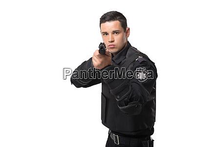 agente di polizia armato punta con