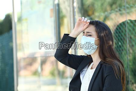 donna che indossa una maschera che