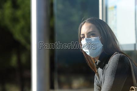 donna che indossa una maschera in