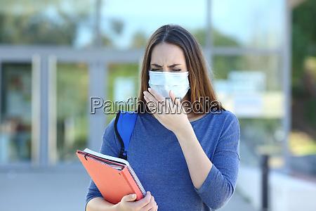 studente malato con una maschera tosse