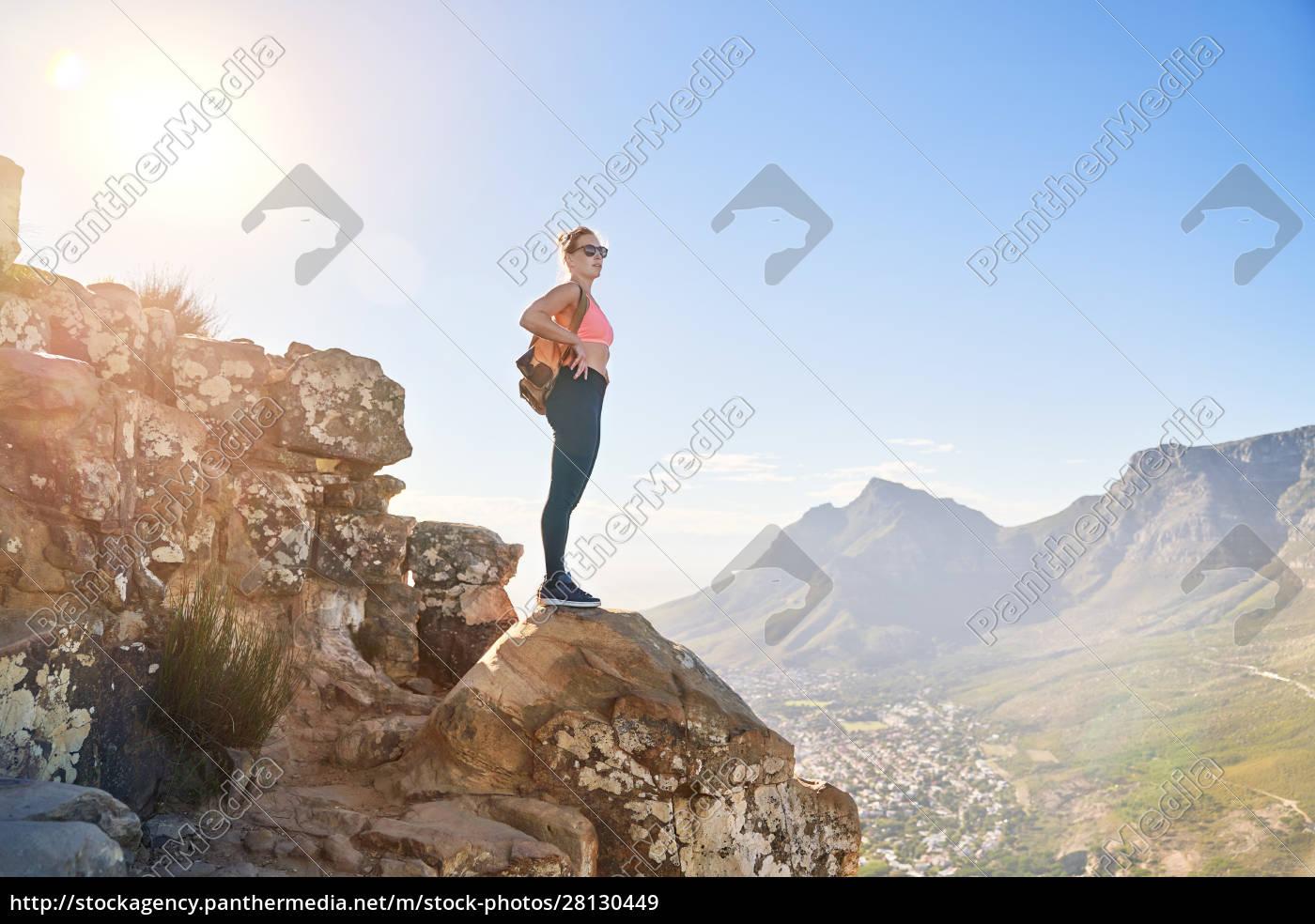 giovane, escursionista, femminile, sulla, scogliera, soleggiata - 28130449