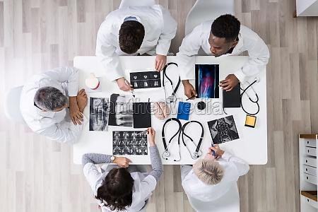 medici, che, guardano, le, immagini, a - 28135170