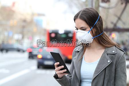 donna con maschera con telefono con