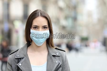 donna con maschera protettiva guardando la