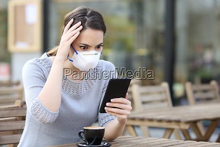 donna preoccupata con maschera guardando il