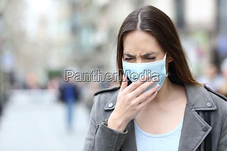 donna malata con maschera protettiva tosse