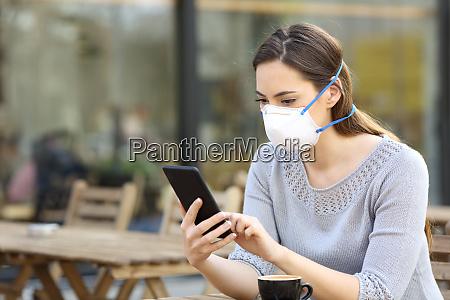 donna con maschera protettiva guardando il