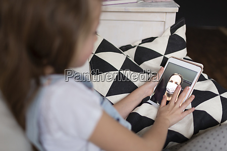 giovane ragazza parla con la madre