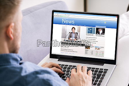 man reading notizie website