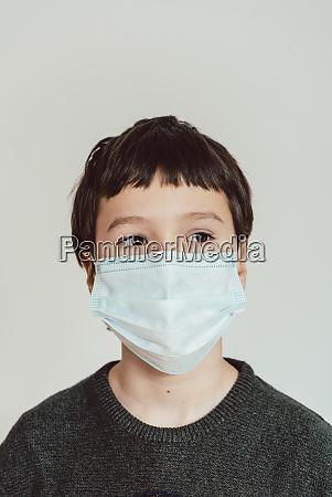 giovane ragazzo che indossa maschera di