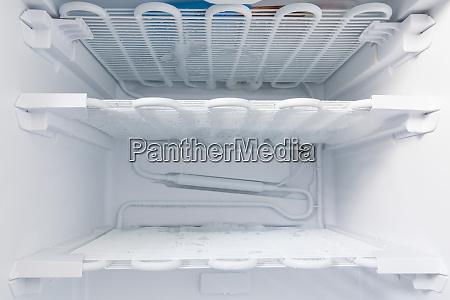 congelatore e scongelato per pulire
