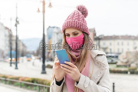 donna ansiosa che indossa la maschera