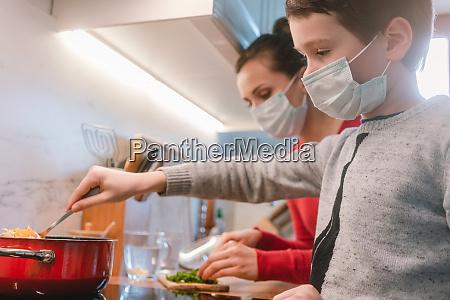 madre e figlio cucinano a casa
