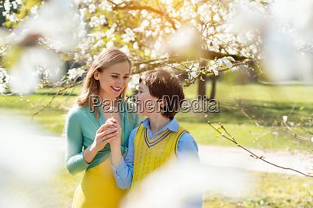 figlio che da fiori alla mamma