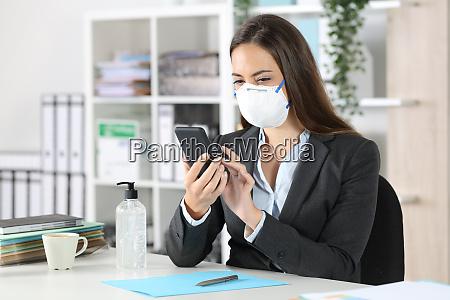 esecutivo con maschera protettiva con telefono