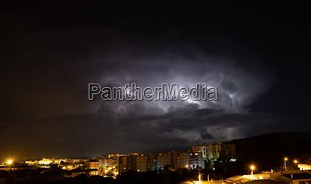 fulmine durante una tempesta sulla citta
