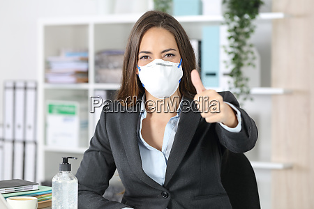 esecutivo indossa maschera con pollici in
